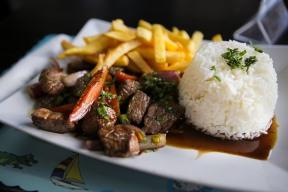 Un plato de lomo saltado del restaurante Peruano La Panza Latin Bistro el Miercoles, Julio 20, 2016. El restaurante localisado en Deerfield Beach trae el sabor ecléctico de Peru en su comida. Randy Vazquez, Sun Sentinel