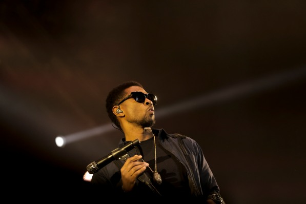 Usher performs with The Roots at Okeechobee Music and Arts Festival on Saturday night. Randy Vazquez, SouthFlorida.com