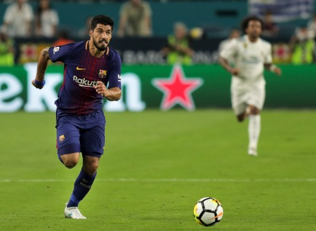 Barcelona forward Luis Suarez sprints after the ball during Saturday night's match versus rival Real Madrid at Hard Rock Stadium. Randy Vazquez, South Florida Sun-Sentinel