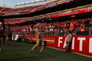 Former San Francisco 49ers Jeff Garcia throws pass into the crowd during the teams' game versus the Arizona Cardinals at Levi's Stadium in Santa Clara, Calif., on Sunday, Oct. 7, 2018.(Randy Vazquez/Bay Area News Group)
