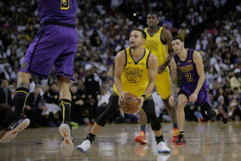 Golden State Warriors' Stephen Curry (30), center, pump fakes Los Angeles Lakers' Tyson Chandler (5), left, during the first quarter of their game at Oracle Arena in Oakland, Calif., on Tuesday, Dec. 25, 2018. (Randy Vazquez/Bay Area News Group)